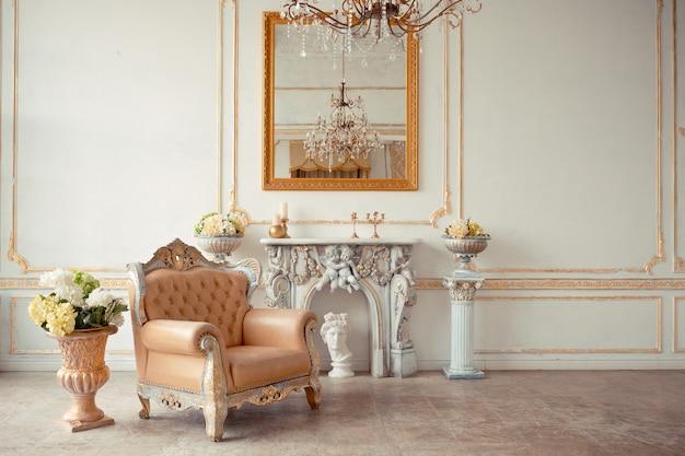 Sehr reiches interieur der wohnung mit goldenen verzierungen an den wänden im barockstil und luxusmöbeln mit goldfarbe.