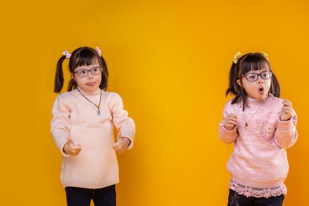 Sehr schön sein. aktive kleine kinder mit psychischen störungen, die dieselbe frisur haben und glücklich und positiv sind