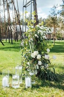 Sehr schöne außenzeremonie klassische hochzeit im waldmetallbogen mit blumen