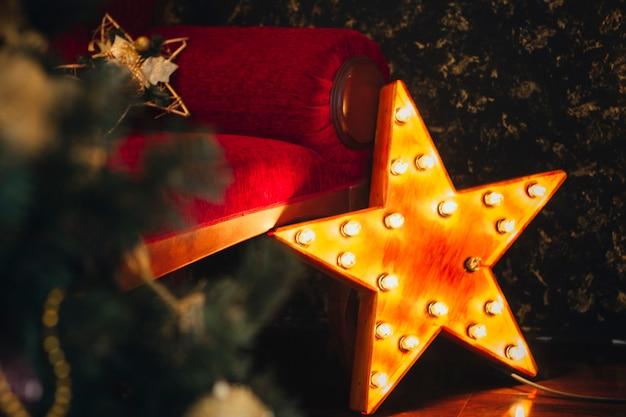 Sehr schöne weihnachtsdekoration im haus. die stimmung des anlasses. neujahr