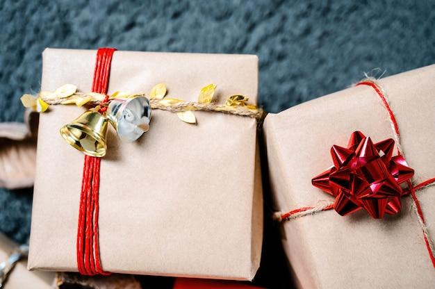 Sehr schöne weihnachtsgeschenke mit roter blume und goldener und silberner glocke