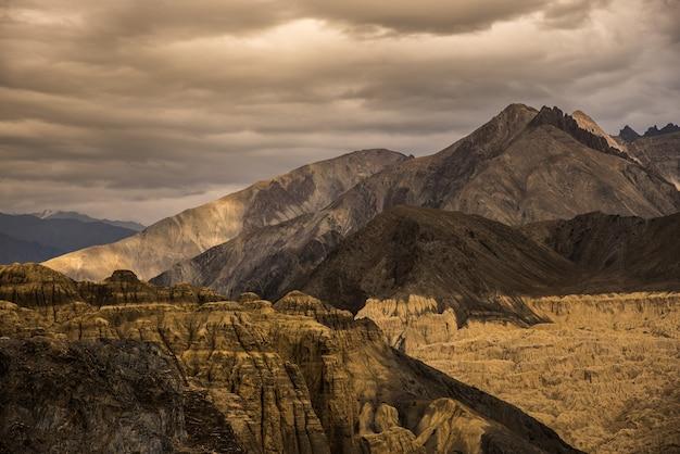 Sehr schöner berg wie ein mond auf der erde von lamayuru moonland leh ladakh, jammu und kashmir, in