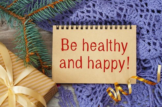 Sei gesund und glücklich, eine inschrift auf einem notizbuch, einen schal und ein geschenk