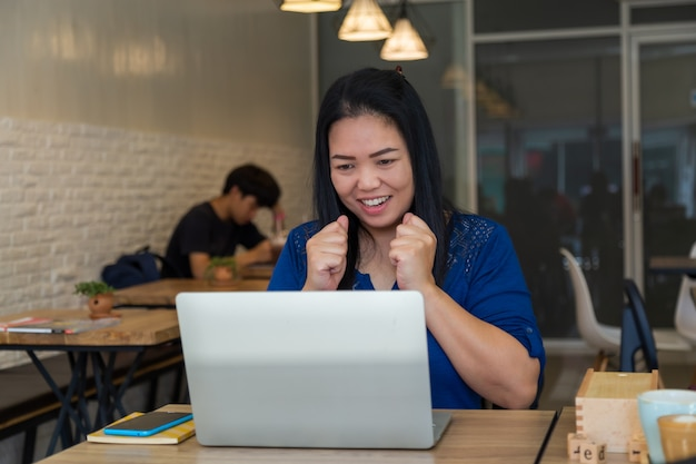Sei glücklich mit dem laptop