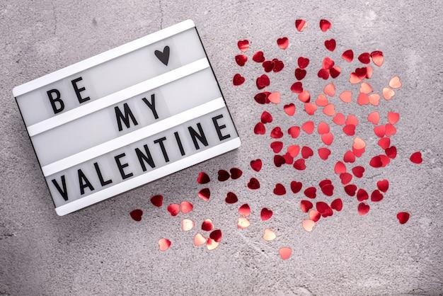 Sei mein valentinstag mit rotem herzförmigem glitzer auf zement