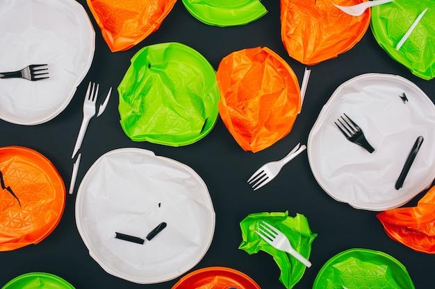 Sei plastikfrei. einweg bunte zerbrochene plastikplatten und gabeln. stoppen sie die plastikverschmutzung. reduzieren, wiederverwenden, recyceln. ein umweltproblem, eu-richtlinie. draufsicht