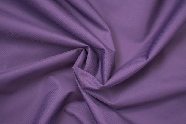 Seide zerknitterter stoff lila. von oben betrachten.