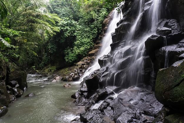 Seideneffekt-wasserfall auf einem fluss durch den regenwald