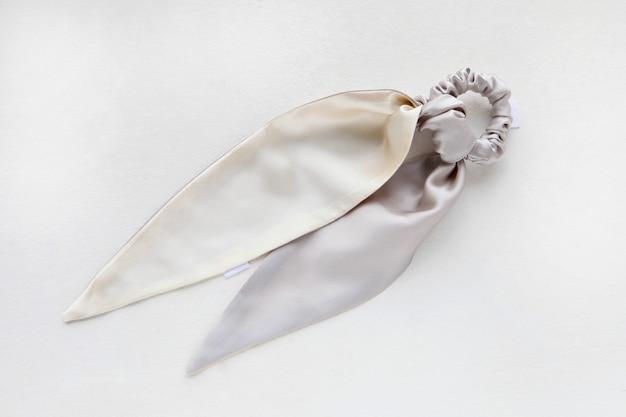 Seidenhaargummi auf weißem, flachem lay-friseurwerkzeug haargummi elastischer haarschal auf haargummi befestigt