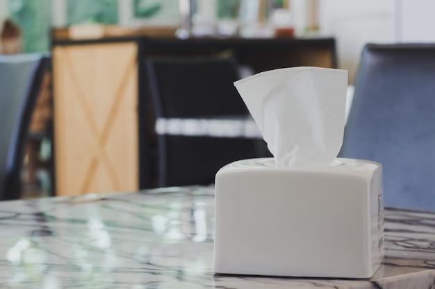 Seidenpapier auf dem tisch