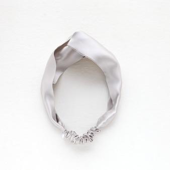 Seidensilber-haarband isoliert auf weißem flaches bommel-scrunchie-haarband quadratisches bild