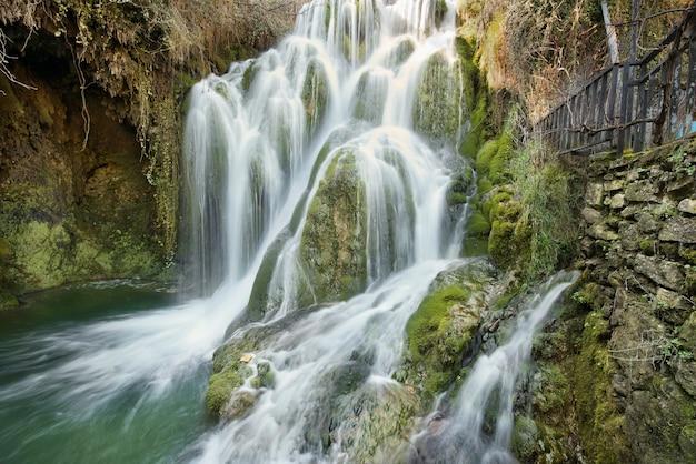 Seidiger wasserfall in tobera-dorf, in burgos, in der olivenölseife und in leon, spanien.