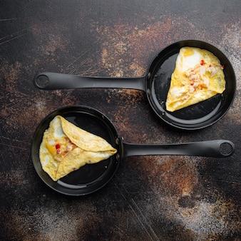 Seidiges omelett der chili-krabbe, auf bratpfanne, auf altem dunklem rustikalem hintergrund, draufsicht flach lag