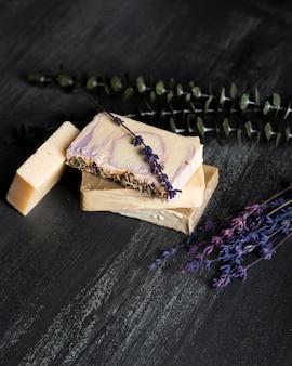Seife aus lavendel auf dem tisch