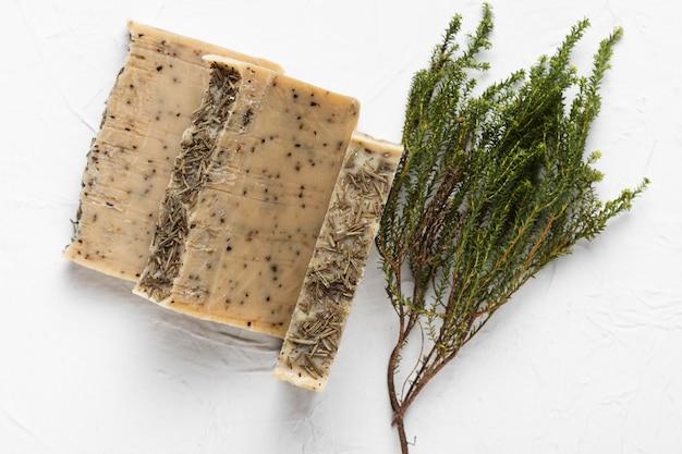 Seife aus natürlichen kräutern im spa