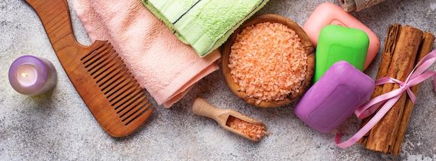 Seife, meersalz und handtuch