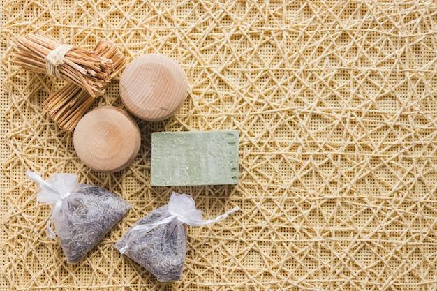Seife und beutel mit kräutern