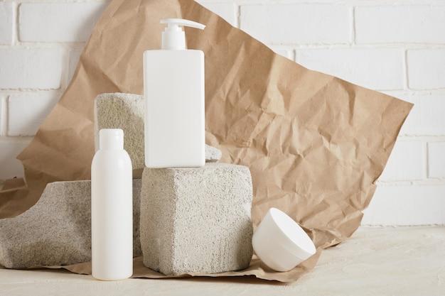 Seifen- und cremebehälter auf betonpodestverpackungen für kosmetika zur hautpflege. kosmetisches schönheitsprodukt