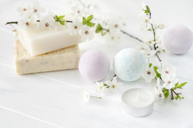 Seifenbanner. aromatische naturseife mit blumen und badebombe auf weißem hintergrund, nahaufnahme