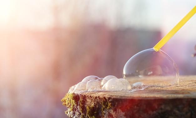 Seifenblasen gefrieren in der kälte. winterseifenwasser gefriert an der luft.