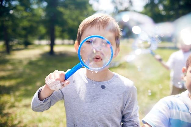 Seifenblasen im park blasen