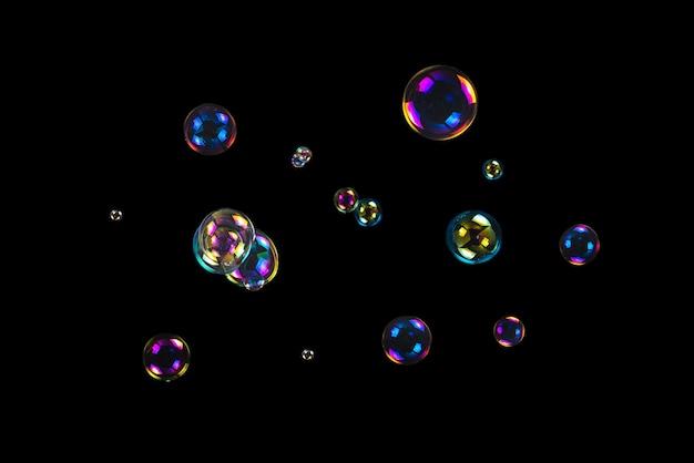 Seifenblasen isoliert auf einem schwarzen hintergrund. speicherplatz kopieren.