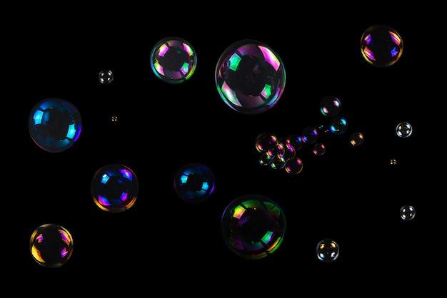 Seifenblasen isoliert auf einem schwarzen hintergrund