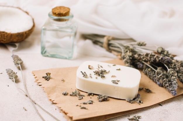 Seifenstück mit kokosöl- und lavendelzusammensetzung