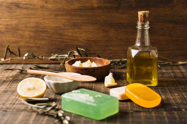 Seifenstücke mit bestandteilen im sonnenlicht