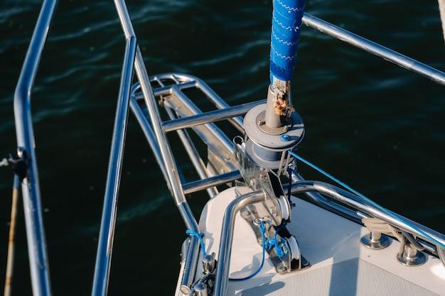 Seil an der winde einer weißen yacht im meer.yachtausrüstung