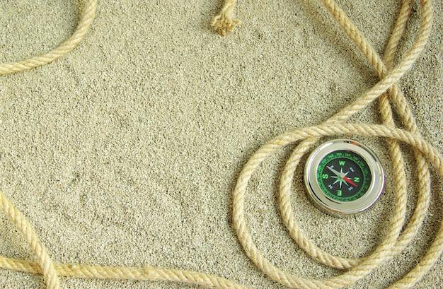 Seil isoliert auf einem sand