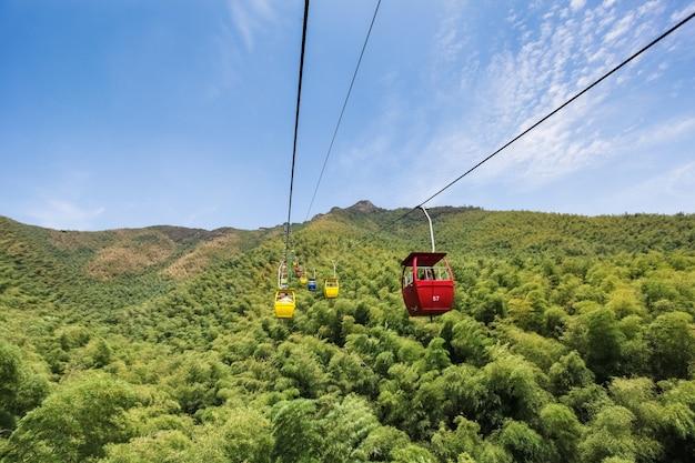 Seilbahn, die passagiere auf und ab den berg befördert.