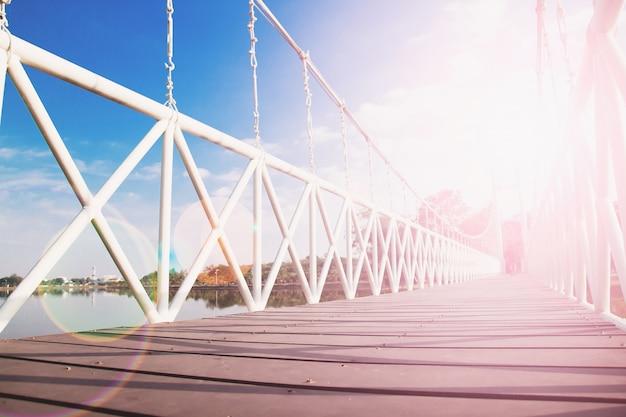 Seilbrücke mit sonnenuntergang reflexion und blauer himmel