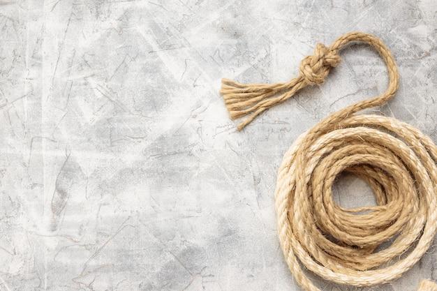 Seile mit knoten auf einem grauen hintergrund gebunden