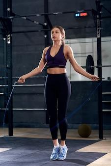 Seilspringen im fitnessstudio