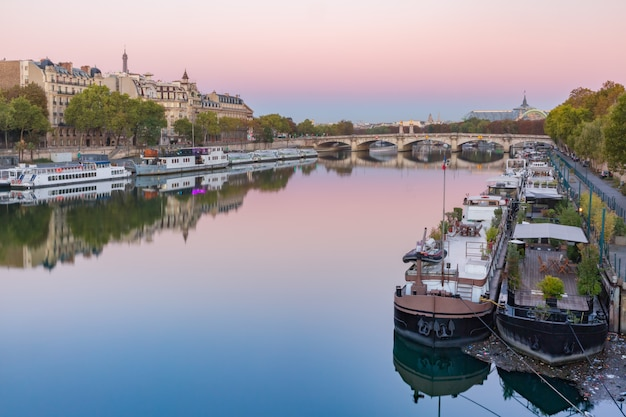 Seine fluss bei sonnenaufgang, paris, frankreich