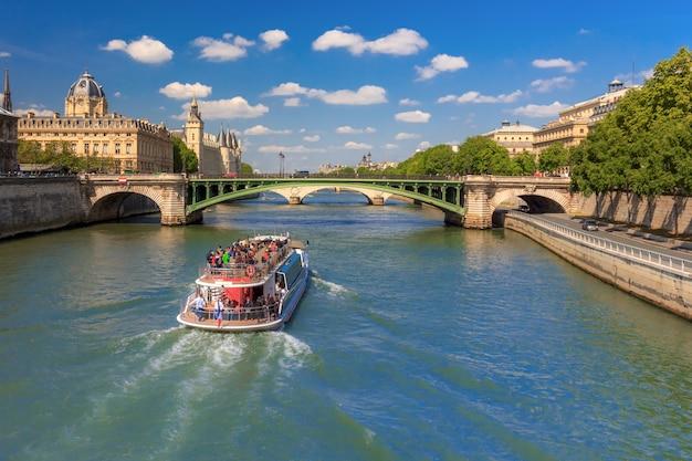 Seine und die conciergerie in paris, frankreich