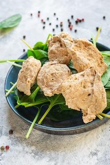 Seitan sojafleisch rohe stücke bereit, snack vegan oder vegetarisch zu kochen