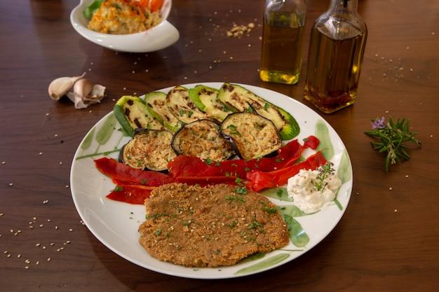 Seitan-trockenfrüchtetorte mit gegrilltem gemüse. gesundes veganes essen