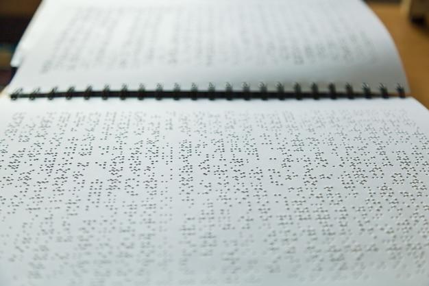 Seite in blindenschrift für blinde geschrieben