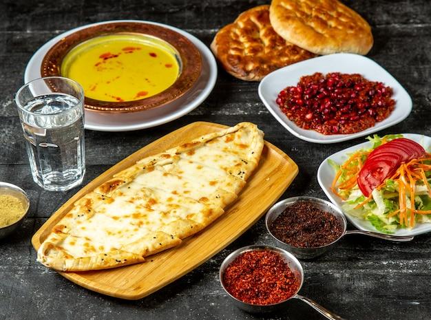 Seite mit käsesalat suppe gewürze seitenansicht