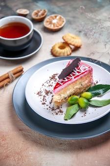 Seite nahaufnahme ansicht ein kuchen ein kuchen mit schokolade zitrusfrüchten eine tasse tee kekse zimt