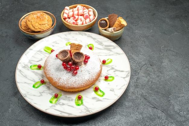 Seite nahaufnahme ansicht eines kuchens ein kuchen mit roten johannisbeeren bonbons kekse waffeln