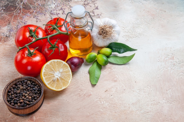 Seite nahaufnahme ansicht tomaten zwiebel knoblauch zitrone tomaten schwarzer pfeffer zitrusfrüchte