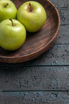 Seite nahaufnahme teller mit äpfeln brauner teller mit appetitlichen äpfeln auf grauem tisch