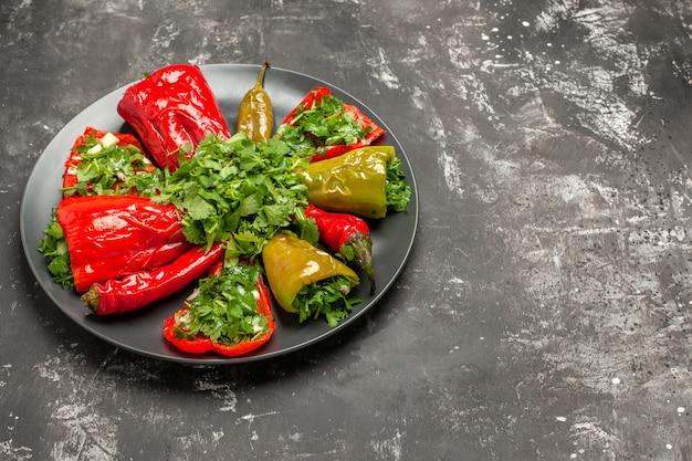 Seite nahaufnahme teller mit paprika platte der gerösteten paprika peperoni mit kräutern