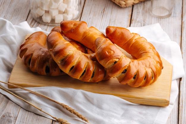 Seitenansicht auf drei frisch gebackenen bagelbrötchen