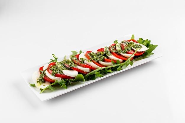 Seitenansicht auf lokalisiertem klassischem caprese-salat