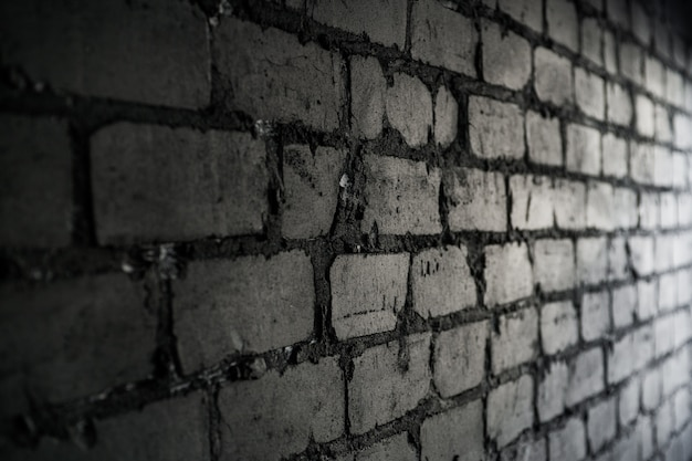 Seitenansicht auf schwarzer backsteinmauer durch licht vom fenster beleuchtet