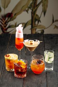 Seitenansicht auf verschiedene süße süße alkoholische cocktails